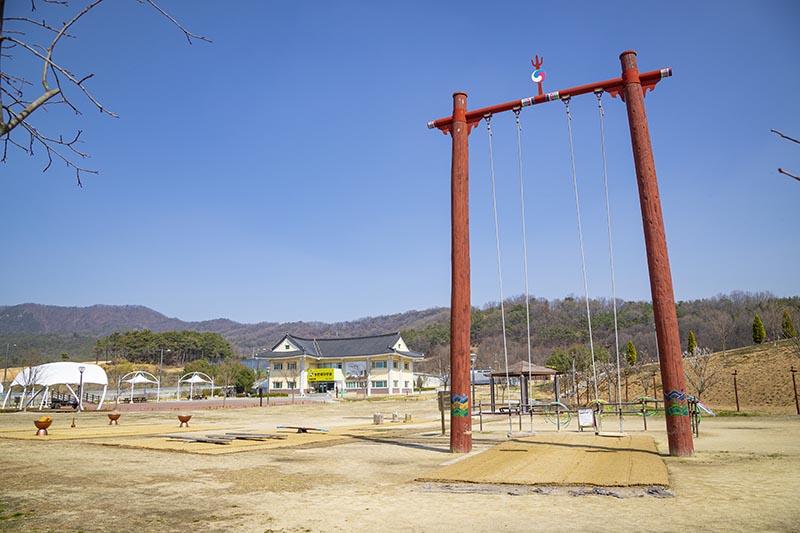서동농촌테마공원 방문자센터, 전통 놀이광장.jpg